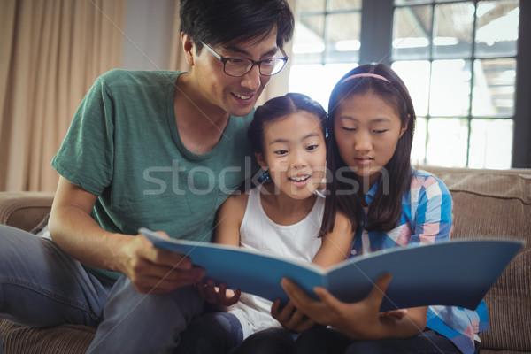 Apa testvérek néz fényképalbum együtt nappali Stock fotó © wavebreak_media