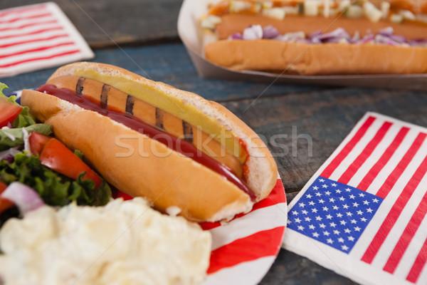 Primer plano perro caliente cuarto mesa de madera alimentos fiesta Foto stock © wavebreak_media