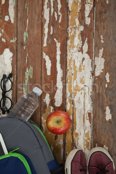 Une bouteille d'eau pomme chaussures spectacle bois école Photo stock © wavebreak_media