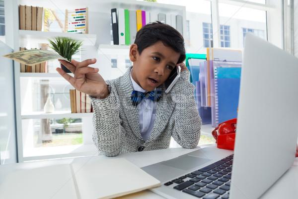 бизнесмен бумажные деньги говорить мобильного телефона столе Сток-фото © wavebreak_media