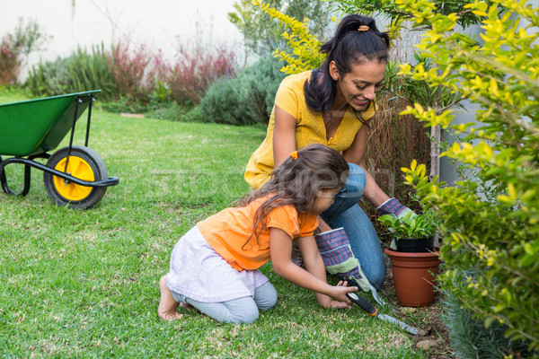 Souriant mère fille jardinage ensemble fille Photo stock © wavebreak_media