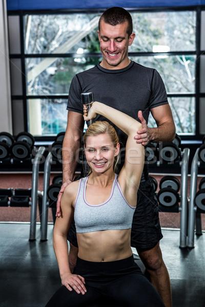 Passen Frau Hanteln Ausübung Ausbilder Fitnessstudio Stock foto © wavebreak_media