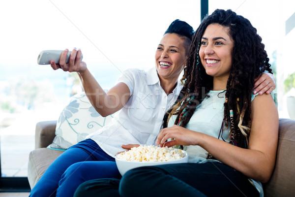 лесбиянок пару Смотря телевизор чаши попкорн сидят Сток-фото © wavebreak_media