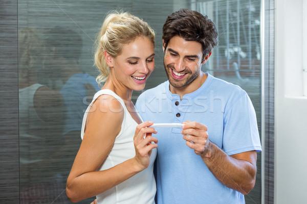 Feliz casal teste de gravidez banheiro mulher casa Foto stock © wavebreak_media