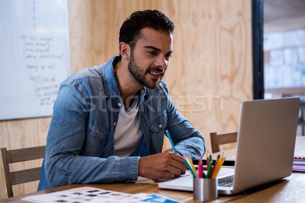 Adam yazı dikkat günlük dizüstü bilgisayar kullanıyorsanız ofis Stok fotoğraf © wavebreak_media