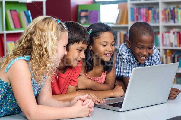 Mutlu sınıf arkadaşları bakıyor dizüstü bilgisayar sınıf Stok fotoğraf © wavebreak_media