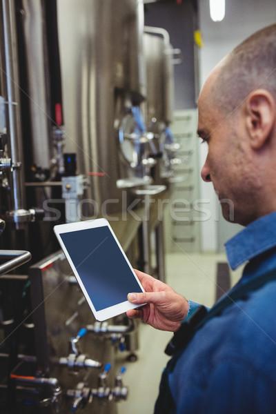 Maschio proprietario digitale tablet fabbrica di birra vista laterale Foto d'archivio © wavebreak_media