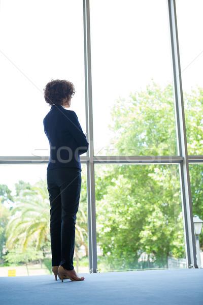 Empresária em pé janela mulher quadro prato Foto stock © wavebreak_media