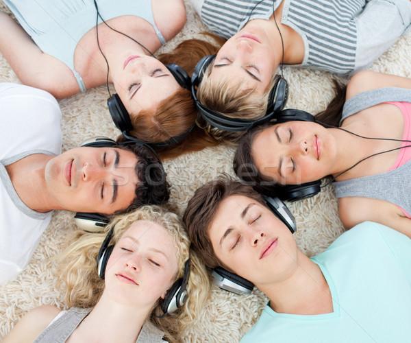 Почему подростки слушают музыку
