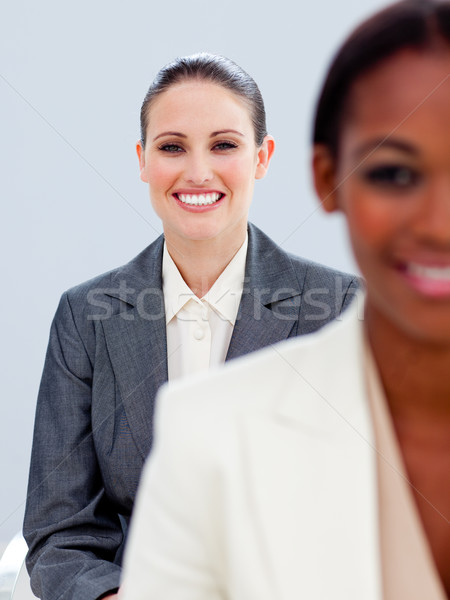Portret twee ambitieus onderneemsters permanente kantoor Stockfoto © wavebreak_media