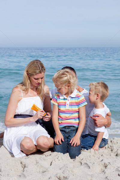 внимательный матери Солнцезащитный крем пляж семьи Сток-фото © wavebreak_media