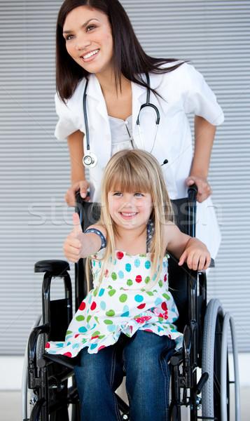 Sonriendo nina sesión silla de ruedas hospital nina Foto stock © wavebreak_media