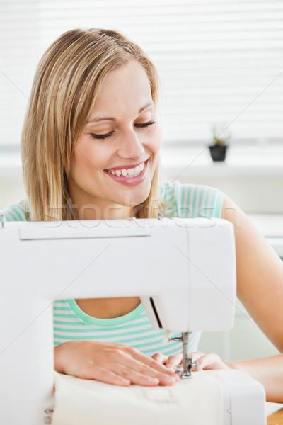 Portrait femme souriante couture vêtements maison cuisine Photo stock © wavebreak_media