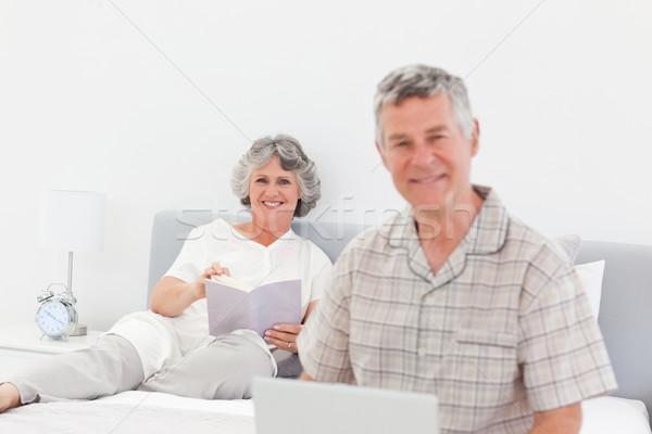 человека рабочих ноутбука жена чтение домой Сток-фото © wavebreak_media