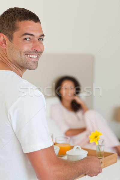 Homme déjeuner femme lit fleur sourire Photo stock © wavebreak_media