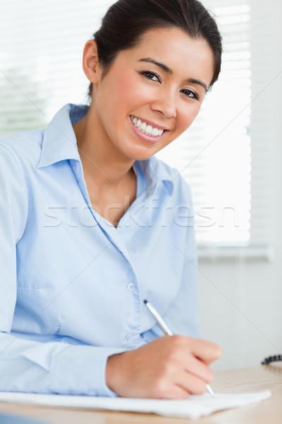Boa aparência mulher escrita folha papel sessão Foto stock © wavebreak_media