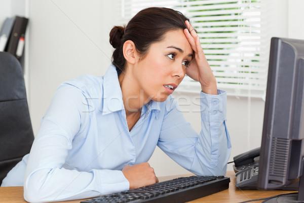 Mooie ontdaan vrouw naar computerscherm vergadering Stockfoto © wavebreak_media