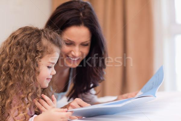 Oldalnézet fiatal anya lánygyermek olvas könyv Stock fotó © wavebreak_media