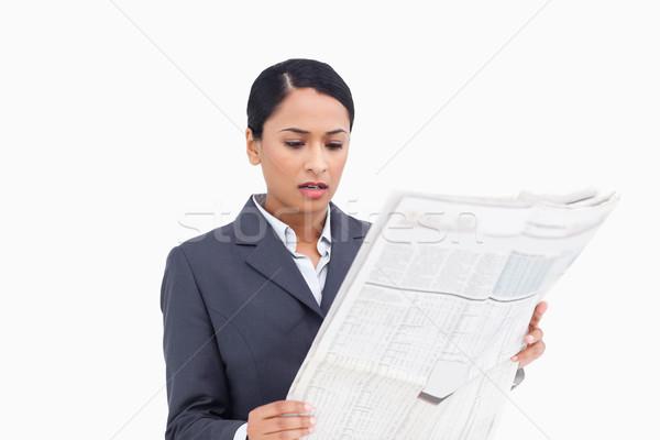 Közelkép elarusítónő olvas újság fehér hírek Stock fotó © wavebreak_media