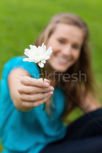 美しい 白い花 笑みを浮かべて 若い女の子 公園 草 ストックフォト © wavebreak_media