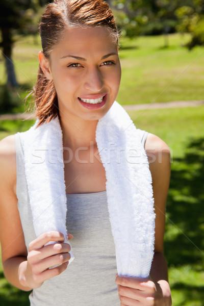 Donna sorridente asciugamano riposo indietro collo Foto d'archivio © wavebreak_media