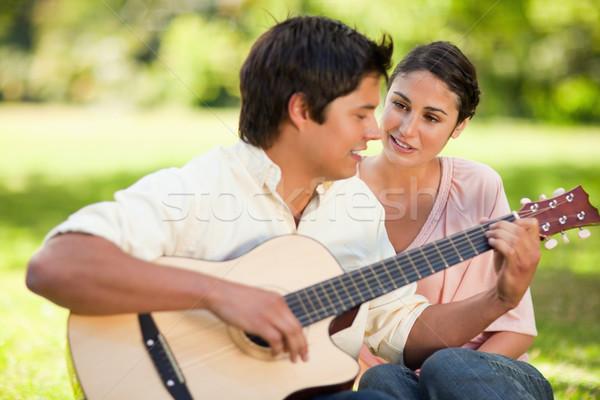 Homme jouer chanson guitare souriant ami Photo stock © wavebreak_media