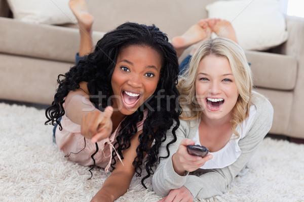 Due ridere donne terra guardando fotocamera Foto d'archivio © wavebreak_media