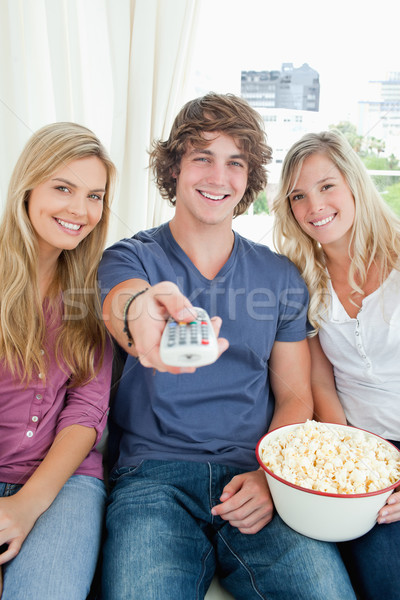 Drie glimlachend vrienden kom popcorn Stockfoto © wavebreak_media