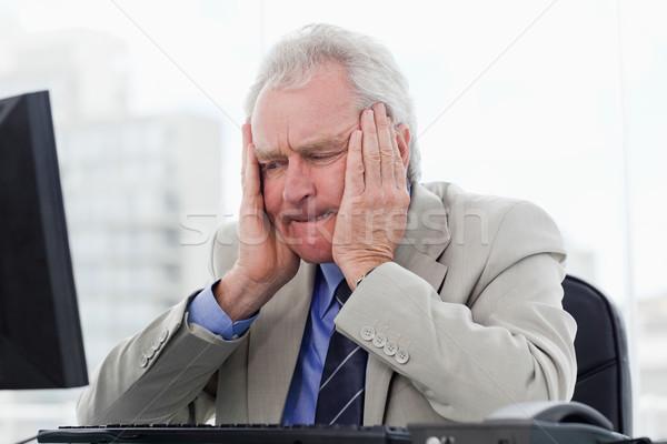 Zaklatott idős menedzser dolgozik monitor iroda Stock fotó © wavebreak_media
