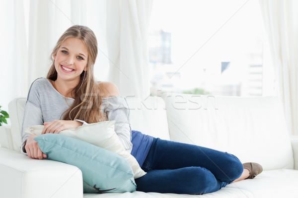 Sorridere ragazza bugie divano fotocamera Foto d'archivio © wavebreak_media