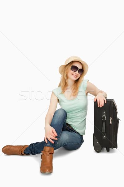 Femme séance valise blanche heureux Homme Photo stock © wavebreak_media