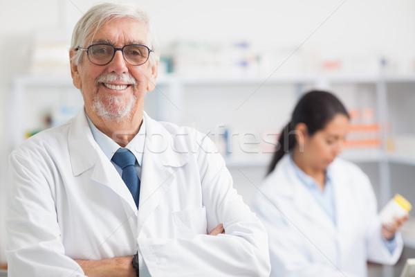 Pharmacien regarder caméra hôpital femme Photo stock © wavebreak_media
