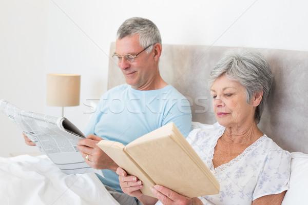 Pareja de ancianos lectura periódico libro cama casa Foto stock © wavebreak_media