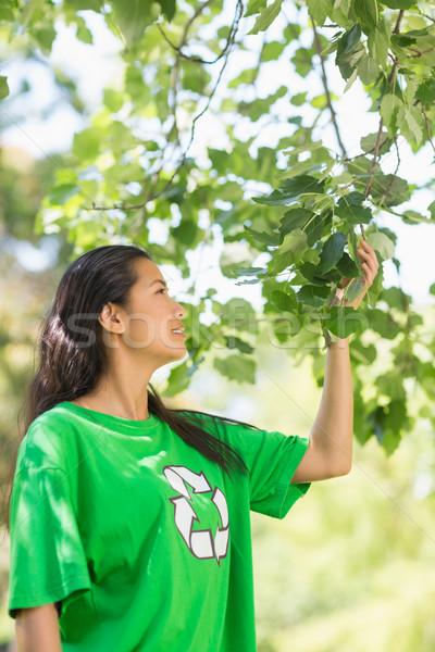 женщину зеленый рециркуляции футболки прикасаться листьев Сток-фото © wavebreak_media