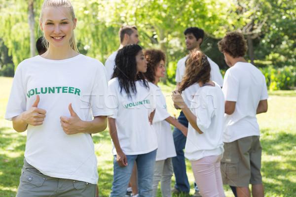 Gyönyörű önkéntes gesztikulál remek női barátok Stock fotó © wavebreak_media