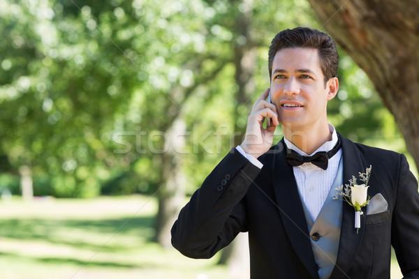 Lo sposo telefono cellulare giardino giovani telefono uomo Foto d'archivio © wavebreak_media
