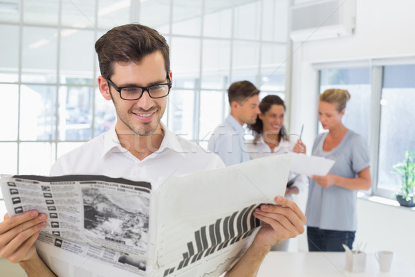 Toevallig zakenman lezing krant kantoor man Stockfoto © wavebreak_media