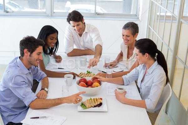 Gente de negocios comer frutas almuerzo oficina Foto stock © wavebreak_media