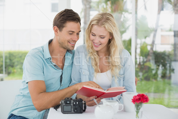 Cute paar lezing boek samen Stockfoto © wavebreak_media