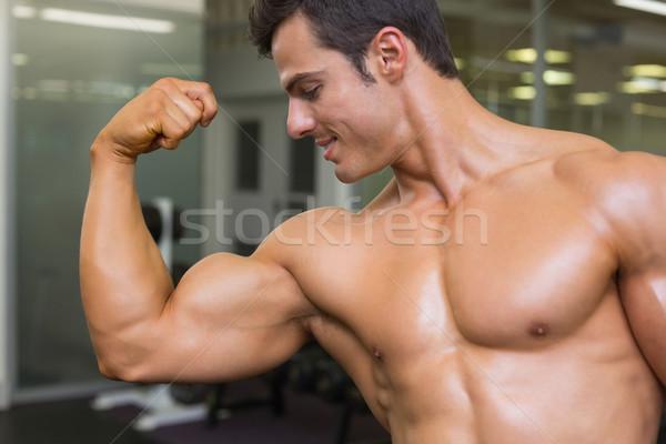 Muskularny człowiek mięśni siłowni uśmiech Zdjęcia stock © wavebreak_media