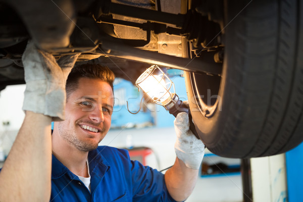 Szerelő ragyogó zseblámpa autó autójavítás garázs Stock fotó © wavebreak_media