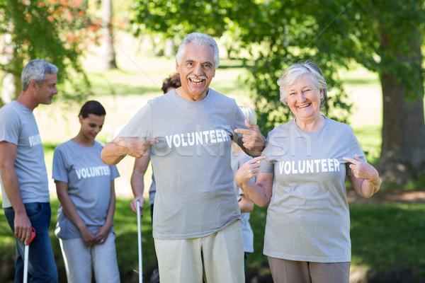 Foto stock: Feliz · voluntário · casal · de · idosos · sorridente · câmera