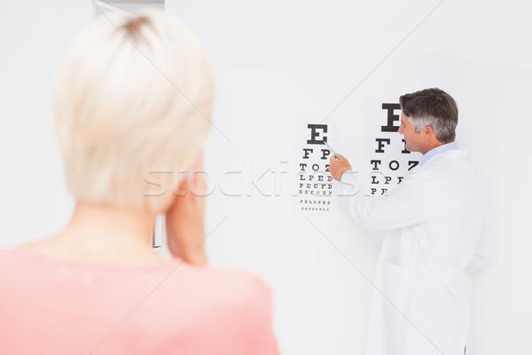 Femme blonde examen de la vue médicaux bureau femme homme Photo stock © wavebreak_media