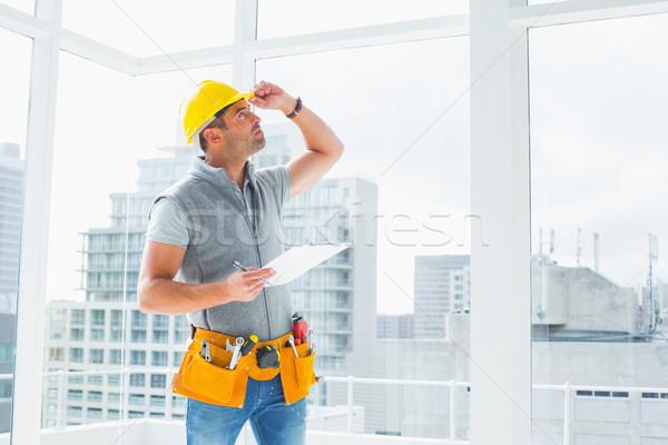 Manitas edificio portapapeles hombre ventana Foto stock © wavebreak_media