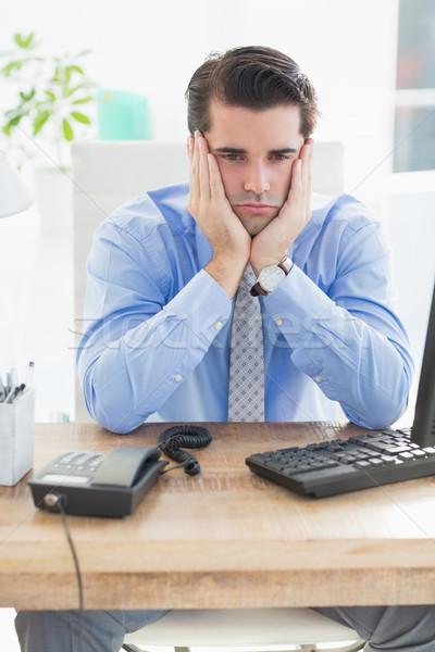 Triste empresario sesión escritorio oficina hombre Foto stock © wavebreak_media