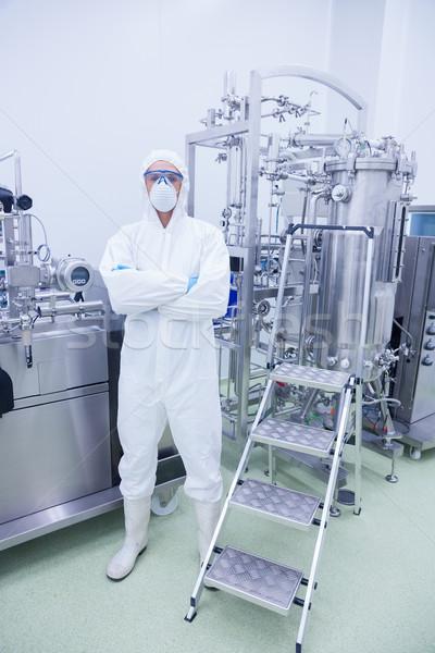 Foto stock: Científico · traje · pie · los · brazos · cruzados · fábrica · hombre