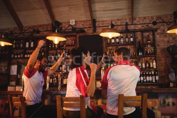Groep mannelijke vrienden kijken voetbal wedstrijd Stockfoto © wavebreak_media