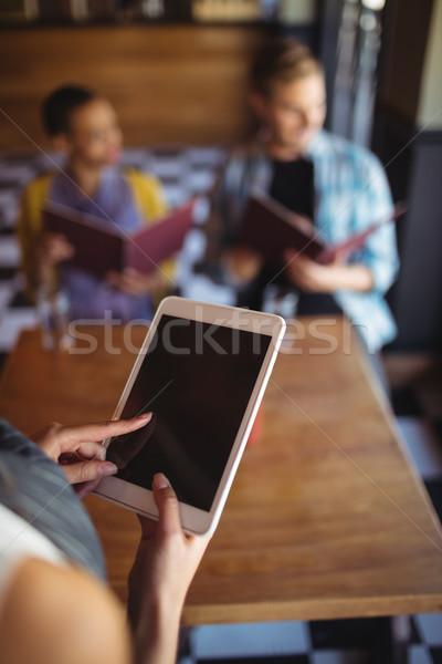 Camarera digital tableta toma para primer plano Foto stock © wavebreak_media