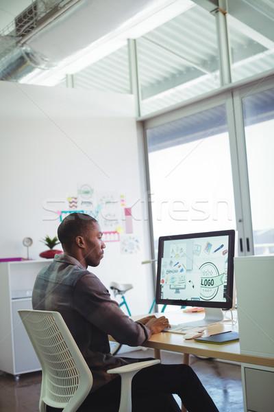Komoly üzletember számítógéphasználat kreatív iroda oldalnézet Stock fotó © wavebreak_media
