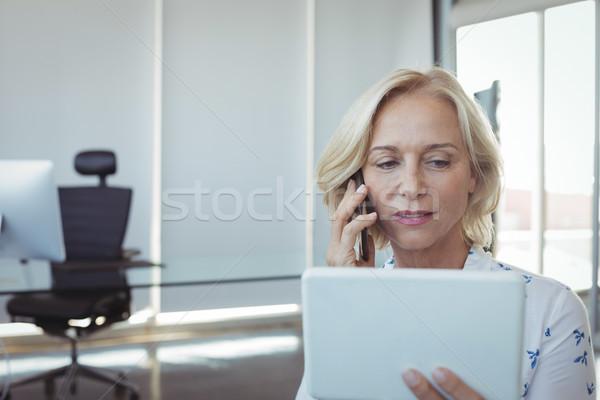 Ondernemer praten mobiele telefoon digitale tablet Stockfoto © wavebreak_media